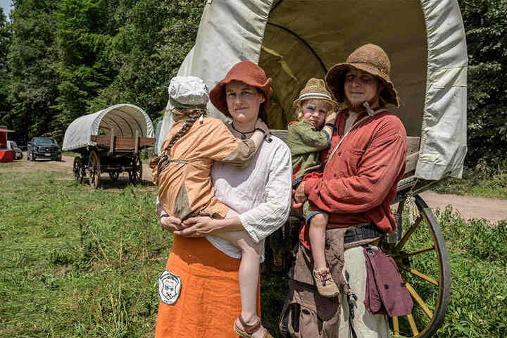 War als Kind schon mit dabei: Sandy Beck (34, 2.v.l.), jetzt nimmt sie Mann Benjamin (31, r.) und ihre beiden Kinder Mathilda (5, l.) und Lilian (3) mit.