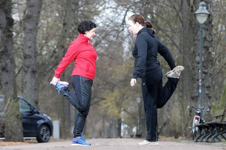 Reporterin Yvonne Friedrich (46, r.) macht sich warm. Tipps bekommt sie von Trainerin Indira Goldschmidt (47, l.). Deren nächster Laufkurs startet am 12. April.
