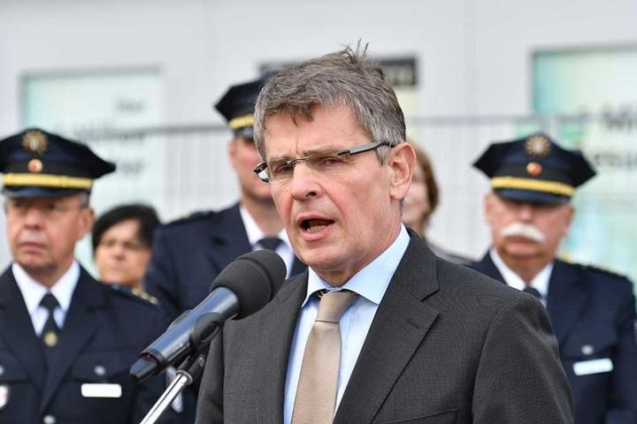 Polizeipräsident Klaus Kandt spricht beim symbolischen Spatenstich für den Bau der neuen Polizeiwache auf dem Alexanderplatz.
