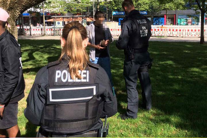 Auch im Stadthallenpark werden Passanten kontrolliert.