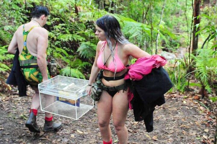 Die Richtung stimmt schon mal nicht! Jenny und Matthias Mangiapane haben sich tapfer den Schlüssel erkämpft. Stolz tragen sie die Schatztruhe ins Camp.