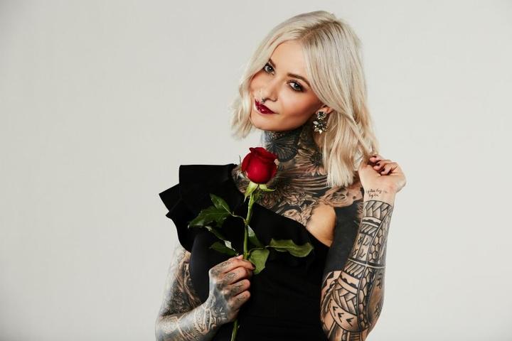 Die schwungvolle Veganerin ist ein impulsiver Gefühlsmensch. Wird der Bachelor ein Herz für Tattoos haben? (Foto: TVNOW/Arya Shirazi)