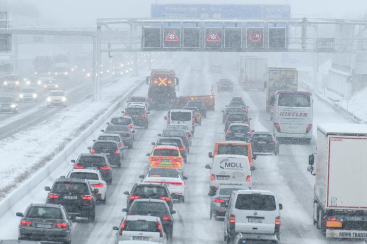 Auf der Autobahn 9 staut sich der Verkehr im Schneetreiben hinter einem Räumfahrzeug.
