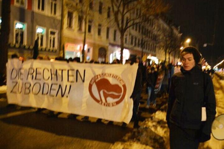 Auch die Landtagsabgeordnete der Die Linke, Juliane Nagel (re.) läuft bei der Demo in Connewitz mit.