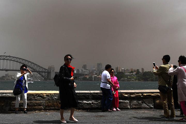 Die Sydney Harbour Bridge wurde durch den Sturm in sxhmutzigen Dunst gehüllt.