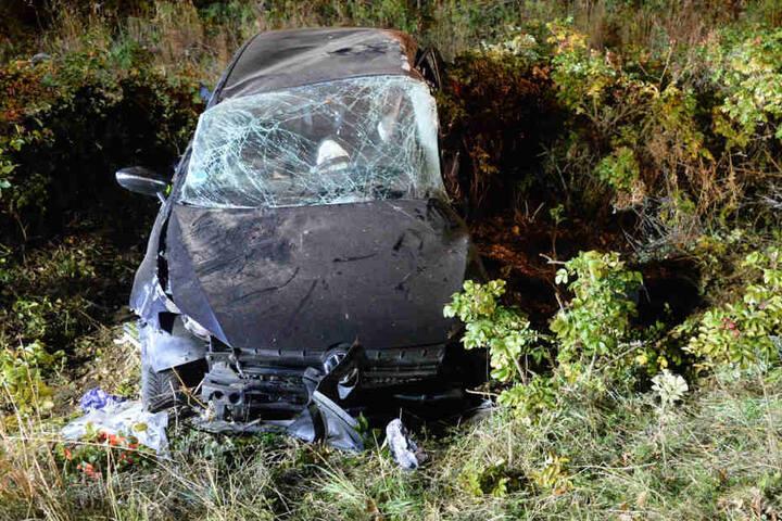 Der 19-Jährige und seine Beifahrerin waren in dem Wagen eingeklemmt.