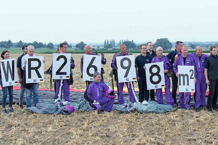 Die Fallschirmspringer sind stolz auf ihren Weltrekord. Insgesamt nehmen 40 Nationen an der Weltmeisterschaft in Bad Sassendorf teil.