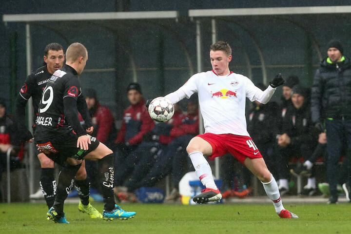 Acht A-Junioren wurden gegen den österreichischen Bundesligisten eingesetzt, darunter auch Erik Majetschak (r.).