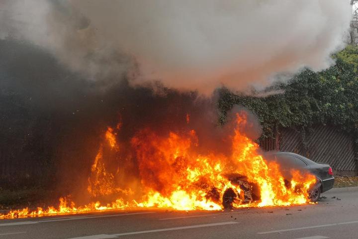 Das Auto ging plötzlich komplett in Flammen auf.