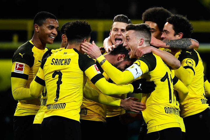 Die Dortmunder Spieler bejubeln das 1:0-Führungstor von Paco Alcacer.