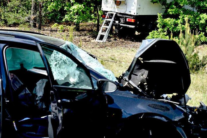 Ein Volkswagen (links) wurde stark demoliert. Der Wohn-Lkw landete im Gebüsch.