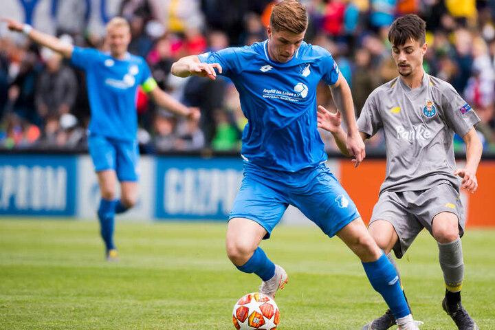 David Otto (mittig im Bild) kämpft für Hoffenheims U19 im Halbfinale der UEFA Youth League gegen einen Spieler des FC Porto um den Ball.