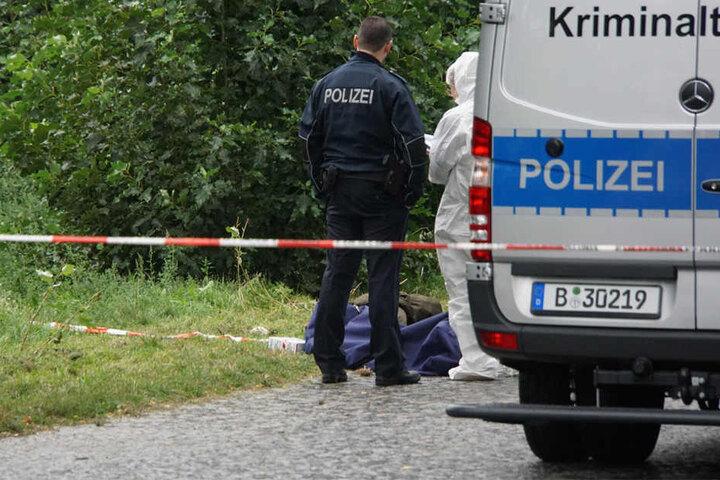 Die genauen Umstände sind noch unklar. Kriminaltechniker untersuchen aktuell den Fundort und die Leiche.