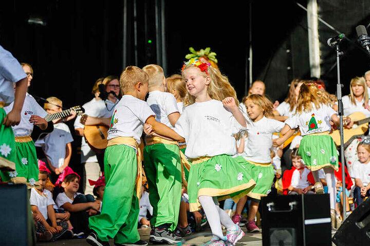 Kinder der Villa auf dem Kirschberg tanzen auf der Bühne.