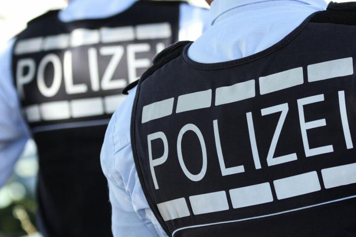 Eine Polizeistreif enahm den Mann fest. (Symbolbild)