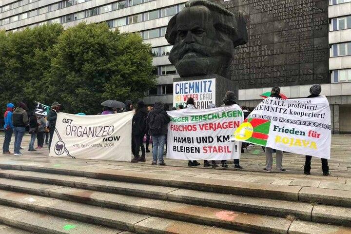"""Die Organisatorin Gabi Engelhardt (57) kündigte ab heute """"tägliche Mahnwachen vor dem Nischel bis zum Jahresende"""" an."""