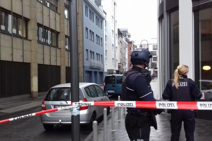 In einem Gebäude auf der linken Seite hielt sich am Freitag eine möglicherweise bewaffnete Person auf