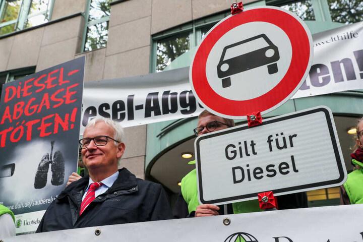 Jürgen Resch (M), der Bundesgeschäftsführer der Deutschen Umwelthilfe (DUH), steht vor Beginn der mündlichen Verhandlung mit Umweltschützern vor dem Verwaltungsgericht.