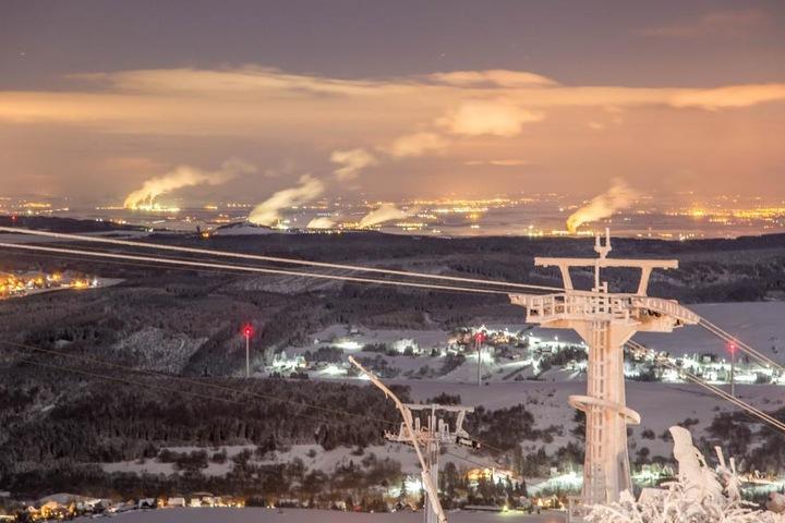 Der strenge Frost verwandelt Sachsen in ein Winter-Wunderland. Hier ein Blick vom Winterberg herab.