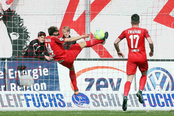 Mit einer artistischen Aktion klärt Zwickaus Toni Wachsmuth den Ball von der Torlinie.