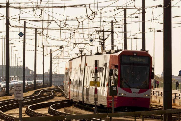 Die Frau war zunächst in einer KVB-Bahn der Linie 1 unterwegs. (Archivbild)