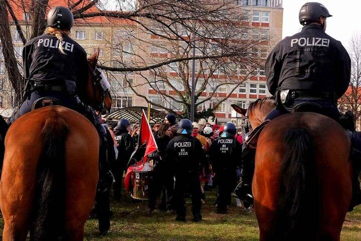 Berittene Polizisten gegenüber von Demonstranten
