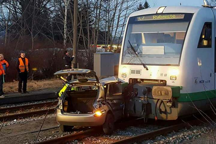 Am 15. März rammte der Zug den Skoda an dem unbeschrankten Bahnübergang.