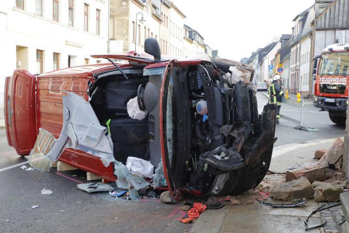 Der Transporter wurde bei dem Unfall schwer beschädigt.