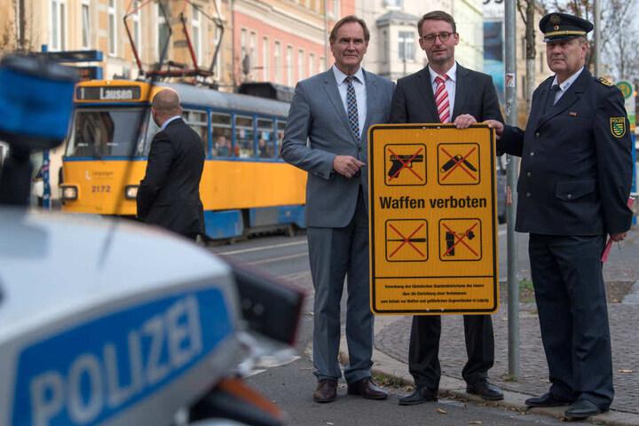 Leipzigs Oberbürgermeister Burkhard Jung (SPD, v.l.), Roland Wöller, Sachsens Innenminister und Bernd Merbitz, Leipzigs Polizeipräsident, Anfang November auf der Eisenbahnstraße, als diese zur Waffenverbotszone erklärt wurde.