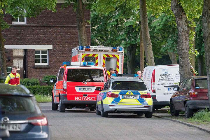 Polizei und Rettungsfahrzeuge stehen auf der Straße in Neukirchen-Vluyn.