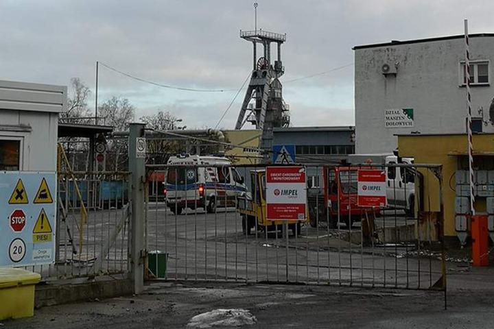 Mehrere Rettungsteams sind beim Bergwerk nahe Rudna Główna im Einsatz.
