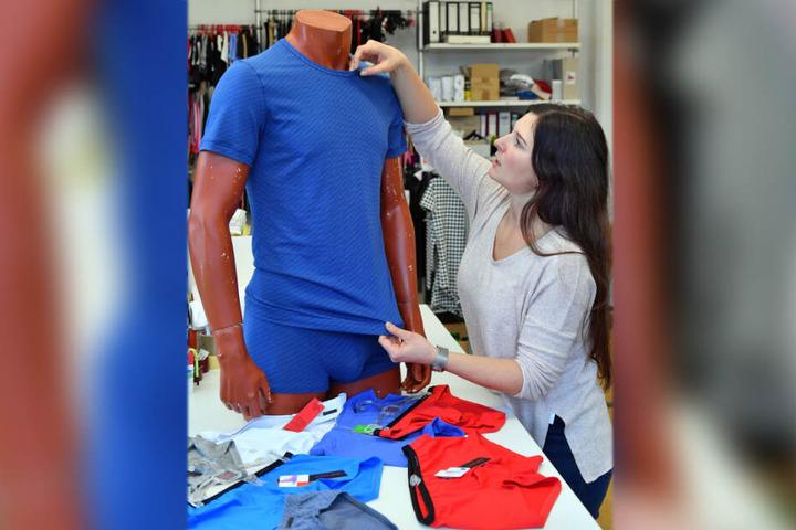 """Franziska Walther-Schwengfelder mit Teilen aus der neuen Kollektion von """"Premium Bodywear""""."""