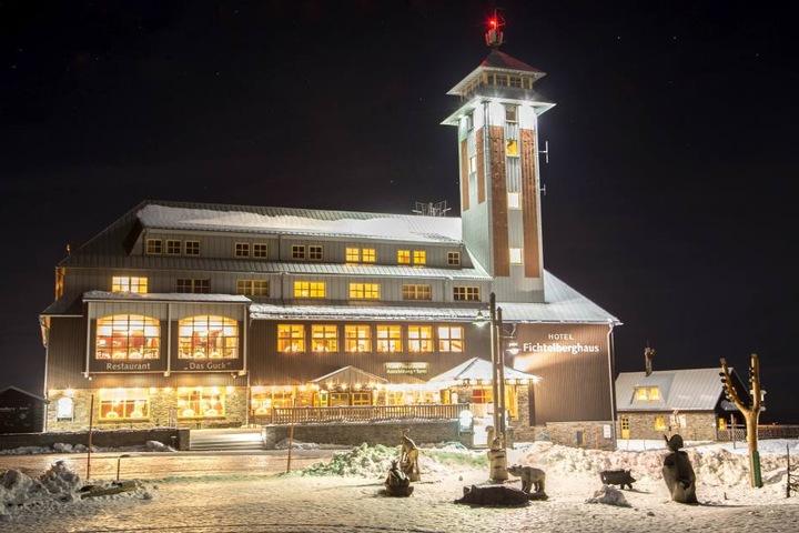 Das Fichtelberghaus erstrahlt geschmückt mit erzgebirgischer Tradition.