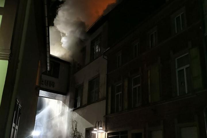 Aus mehreren Fenstern steigt dichter Rauch empor.