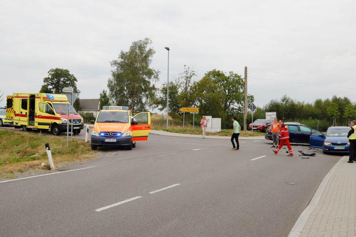 Die Rettungskräfte bargen umgehend die vier Verletzten und brachten diese in ein Krankenhaus.