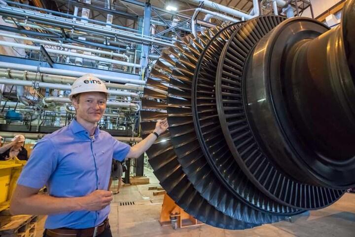 Lars Patzig (40) zeigt eine geöffnete Turbine, die bald zum alten Eisen gehören wird.