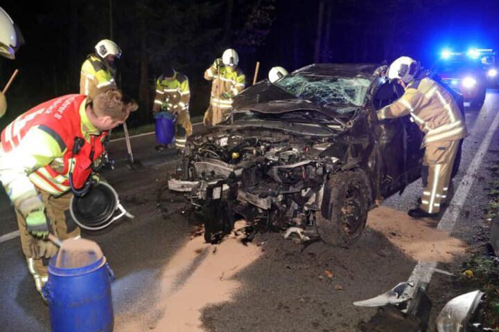 Nachdem der völlig zerstörte Renault Megane aus dem Straßengraben auf die Fahrbahn gebracht wurde, untersuchten ihn die Einsatzkräfte genau.