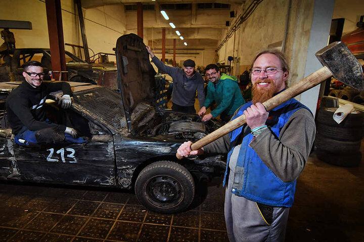 Hammertypen aus Hartha: Die Schrottkisten werden für den letzten Ausflug des  Jahres noch mal auf ihre Stabilität geprüft.