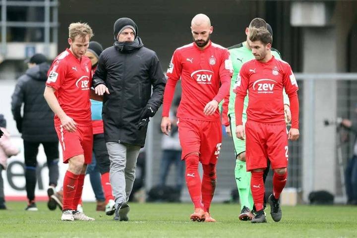Antonitsch (3.v.r.) mit Trainer Ziegner und seinen Mannschaftskameraden.