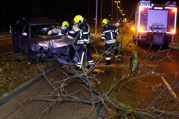 Der Passat schleuderte nach dem Zusammenstoß mit dem Ford noch gegen einen Baum.