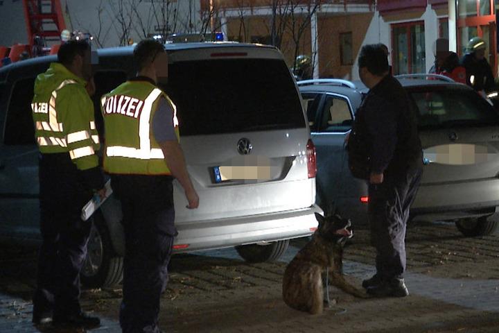 Die Polizei setzte Sprengstoffspürhunde ein, gab später Entwarnung. Die Bewohner konnten noch in der Nacht in die Einrichtung zurückkehren.
