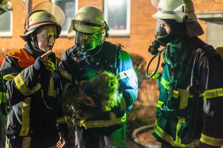 Auch ein kleiner Terrier wurde aus der Wohnung gerettet.