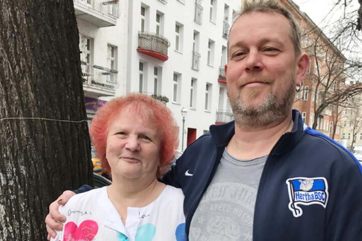 Hertha-Fan Manuel (44) macht sich mit seiner Mutter Sylvia auf die Suche nach dem großen Glück.