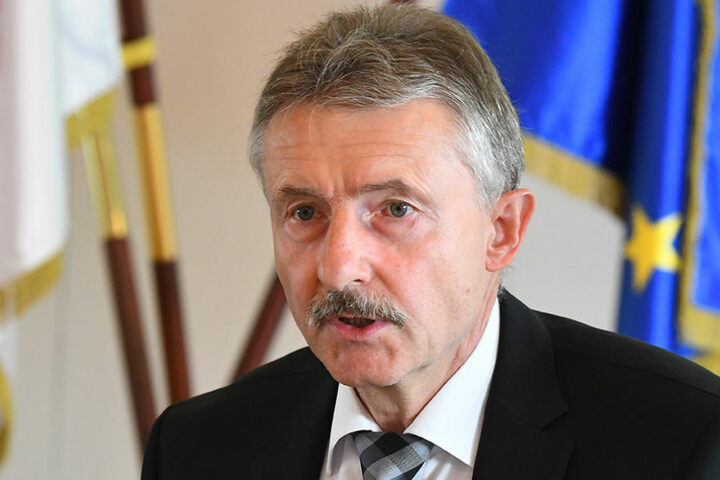 Brandenburgs Innenminister Karl-Heinz Schröter teilte mit, dass es noch unklar sei, ob es sich dabei um eine Attrappe oder Sprengstoff gehandelt habe.