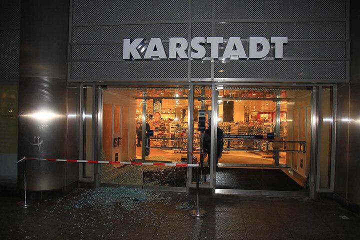 Vor genau einem Monat wurde bereits in den Karstadt eingebrochen. Damals wurden ebenfalls die Türen zerstört.