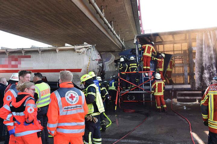 Nach LKW-Crash | Explosionsgefahr durch Braunkohlestaub auf A6