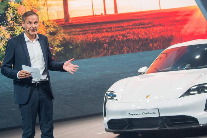 Oliver Blume, Vorstandsvorsitzender der Porsche AG, stellt auf der IAA den Taycan s vor.