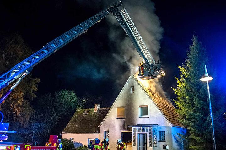 Die Feuerwehr bekam den Brand im Dachstuhl unter Kontrolle.