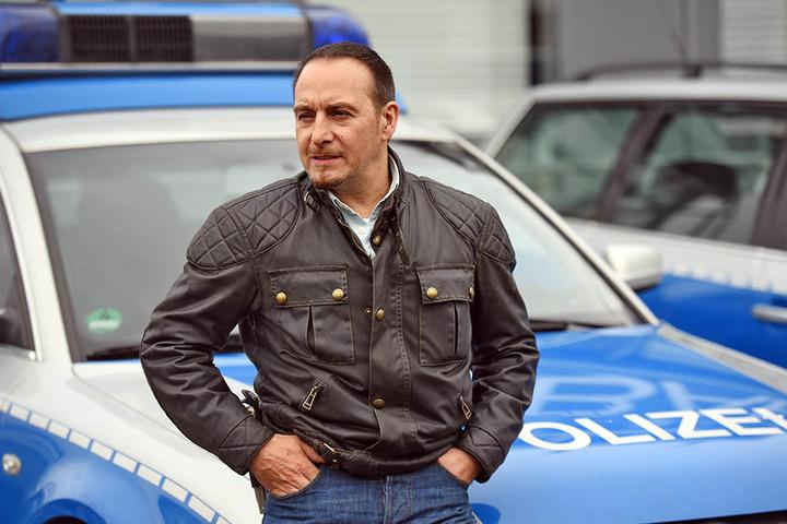 """Der Schauspieler Erdogan Atalay spielt die Hauptrolle in """"Alarm für Cobra 11"""". Auch bei der RTL-Serie knallt es regelmäßig auf der A30."""