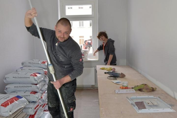 Im Brühl 69 sind bereits Handwerker bei der Arbeit: Hier Sven Günther (39)  und Florian Sigl (16) beim Malern.